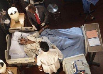 Omar Epps e Kal Penn in una scena di Locked In di Dr. House: Medical Division