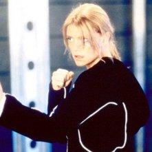 Peta Wilson in una scena d'azione del serial Nikita