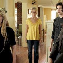 Anna Galvin insieme a Matt Dallas, Kirsten Prout e Marguerite MacIntyre in una scena dell'episodio 'Grounded' della seconda stagione della serie televisiva Kyle XY