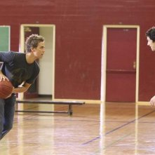 Chris Olivero e Matt Dallas giocano a basket nell'episodio 'Grey Matters' della serie tv Kyle Xy