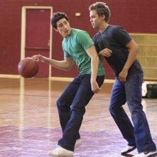 Chris Olivero e Matt Dallas si sfidano a basket nell'episodio 'Grey Matters' della serie tv Kyle Xy