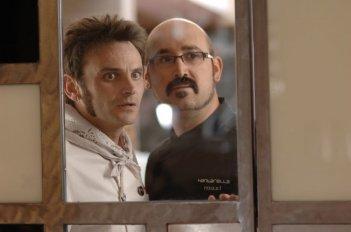 Fernando Tejero e Javier Cámara in una scena del film Fuori menù