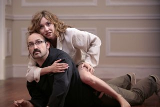Javier Cámara e Lola Dueñas in una scena del film Fuori menù