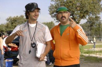 Benjamín Vicuña e Javier Cámara in una scena del film Fuori menù