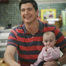 Ken Marino in una scena dell'episodio Shepfather di In the Motherhood