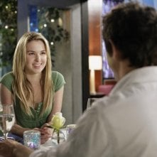 Kirsten Prout e, di spalle, Matt Dallas,  durante una cena romantica nell'episodio 'Great Expectations' della serie tv Kyle XY
