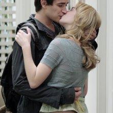 kirsten Prout e Matt Dallas in un'abbraccio romantico nell'episodio 'Il Castello di Carte' della serie tv Kyle XY