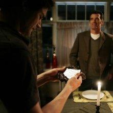 Matt Dallas e sullo sfondo Bruce Thomas, durante una scena dell'episodio 'Scacco alla Madacorp' della serie tv Kyle XY