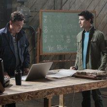 Nicholas Lea e Matt Dallas in una scena nell'episodio 'Il Castello di Carte' della serie tv Kyle XY