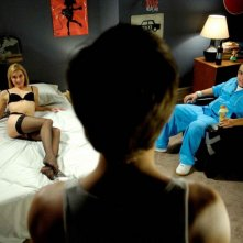 Sonja Bennett e Ennis Esmer in una scena del film Young People Fucking