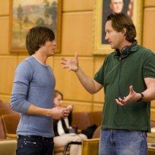 Zac Efron e il regista Burr Steers sul set del film 17 Again - Ritorno al Liceo