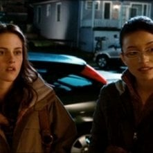 Christian Serratos e Kristen Stewart in una scena del film Twilight