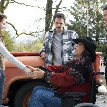 Gil Birmingham in una scena di Twilight. Accanto a lui ci sono Taylor Lautner e Kristen Stewart