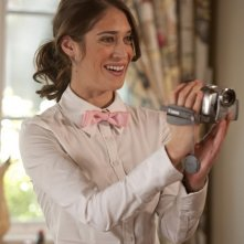 Lizzy Caplan in una scena dell'episodio Willow Canyon Homeowners Annual Party di Party Down