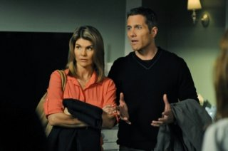Lori Loughlin e Rob Estes in una scena dell'episodio Off the Rails di 90210