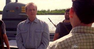Alan Dale e Michael Emerson (di spalle) in una scena dell'episodio Dead is Dead di Lost