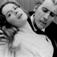 Barbara Shelley e Christopher Lee in una scena del film Dracula principe delle tenebre