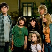 Carter Jenkins, Henri Young, Regan Young, Ashley Boettcher, Austin Butler  e Asley Tisdale in una scena di Alieni in soffitta