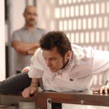 Fernando Tejero e Javier Camara discutono animatamente in una scena di Fuori menù