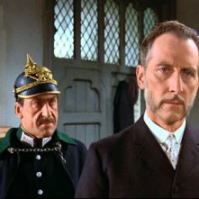 Peter Cushing in una scena del film Lo sguardo che uccide