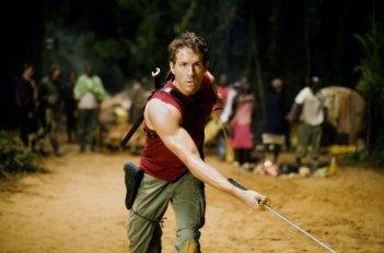 Ryan Reynolds e le sue spade in una scena di X-Men - Le origini: Wolverine