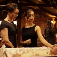Olivia Williams ed Eliza Dushku in una scena dell'episodio Haunted di Dollhouse