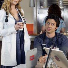 Zach Braff con Sarah Chalke in una scena di Scrubs