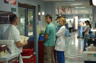 Alex Kingston e Noah Wyle in una scena di E.R. - Medici in prima linea