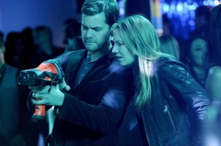 Anna Torv e Joshua Jackson in un momento dell'episodio Midnight di Fringe