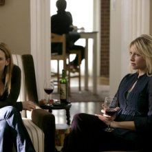 Anna Torv ed Ari Graynor in una scena dell'episodio Midnight di Fringe