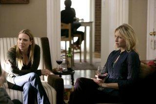 Anna Torv ed Ari Graynor in una scena dell'episodio Midnight di Fringe