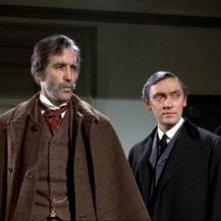 Christopher Lee e Richard Pasco in una scena de Lo sguardo che uccide
