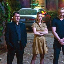 Kristin Bauer accanto a Alexander Skarsgard in True Blood
