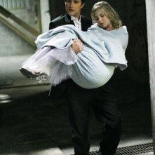 Matt Dallas con Kirsten Prout in un momento dell'episodio ' It happened one night ' della terza stagione di Kyle XY
