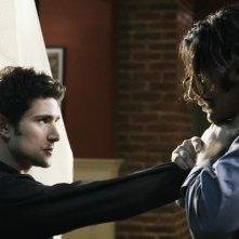 Matt Dallas e Hal Ozsan in una scena d'azione dell'episodio Bringing Down the House della terza stagione di Kyle XY