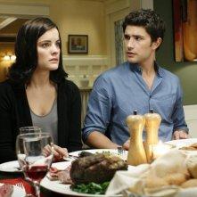 Matt Dallas e Jaimie Alexander durante una scena dell'episodio Guess Who's Coming to Dinner, della serie tv Kyle XY