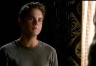 Thomas Dekker in una scena dell'episodio Born to Run di Terminator: The Sarah Connor Chronicles