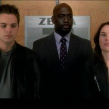 Thomas Dekker, Richard T. Jones e Lena Headey in una scena dell'episodio Born to Run di Terminator: The Sarah Connor Chronicles