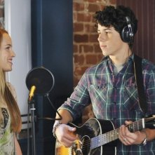 Bridgit Mendler e Nick Jonas in una scena dell'episodio Wrong Song della serie J.O.N.A.S.