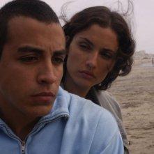 Jacob Vargas e Leonor Varela in una scena del film Sleep Dealer