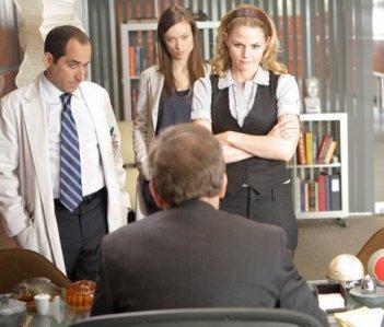 Jennifer Morrison, Olivia Wilde, Peter Jacobson e Hugh Laurie in una scena di saviors di Dr. House: Medical Division
