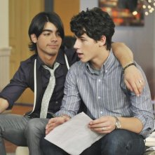Joe Jonas e Nick Jonas in una scena dell'episodio Wrong Song della serie J.O.N.A.S.