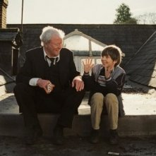 Michael Caine e Bill Milner in una scena del film Is Anybody There?