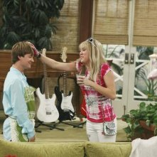 Miley Cyrus e Jason Earles in un momento dell'episodio Knock Knock Knockin' on Jackson's Head di Hannah Montana