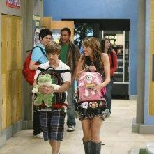 Miley Cyrus e Jason Earles in una scena dell'episodio Knock Knock Knockin' on Jackson's Head di Hannah Montana