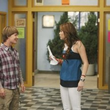 Miley Cyrus e Jason Earles nell'episodio Cheat It di Hannah Montana