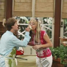 Miley Cyrus e Jason Earles nell'episodio Knock Knock Knockin' on Jackson's Head di Hannah Montana