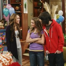 Mitchel Musso, Emily Osment e Miley Cyrus in un momento dell'episodi What I Don't Like About You di Hannah Montana