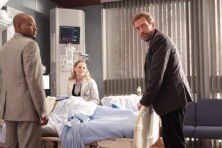 Omar Epps, Jennifer Morrison e Hugh Laurie in una scena di saviors di Dr. House: Medical Division