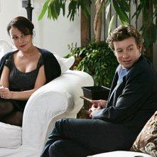 Simon Baker e la guest star Rebecca Rigg in una scena dell'episodio A Dozen Red Roses di The Mentalist